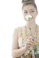 カーネーションを持つ日本人女性 29967000127| 写真素材・ストックフォト・画像・イラスト素材|アマナイメージズ
