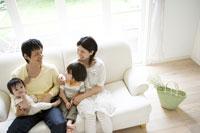 ソファーでくつろぐ家族 29968000158| 写真素材・ストックフォト・画像・イラスト素材|アマナイメージズ