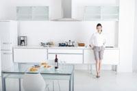 キッチンに立つ日本人女性 29969000295| 写真素材・ストックフォト・画像・イラスト素材|アマナイメージズ