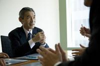 会議をするビジネスマン 29975000204| 写真素材・ストックフォト・画像・イラスト素材|アマナイメージズ