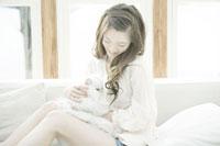 ネコと女性 29981000124| 写真素材・ストックフォト・画像・イラスト素材|アマナイメージズ