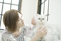 ネコと女性 29981000264| 写真素材・ストックフォト・画像・イラスト素材|アマナイメージズ