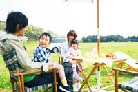草原でピクニックを楽しむファミリー 30700000003| 写真素材・ストックフォト・画像・イラスト素材|アマナイメージズ