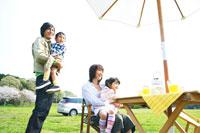 草原でピクニックを楽しむファミリー