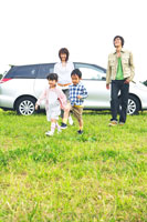 車から降りて草原で遊ぶファミリー 30700000031| 写真素材・ストックフォト・画像・イラスト素材|アマナイメージズ