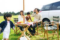 草原でピクニックを楽しむファミリー 30700000032| 写真素材・ストックフォト・画像・イラスト素材|アマナイメージズ