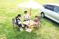 草原でピクニックを楽しむファミリー 30700000042| 写真素材・ストックフォト・画像・イラスト素材|アマナイメージズ