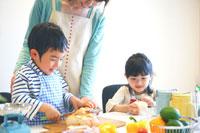料理をする母親と子供