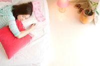 布団に横になる20代日本人女性 30701000014| 写真素材・ストックフォト・画像・イラスト素材|アマナイメージズ