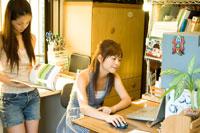 PCや本を見る2人の20代日本人女性