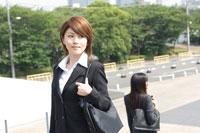 街を歩く20代日本人女性