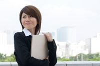 書類を持つ20代日本人女性