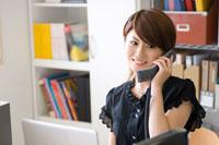 携帯電話に出る20代日本人女性