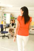 オフィスで仕事をする2人の20代日本人女性