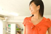 働く20代日本人女性の横顔