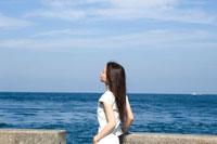 港に立つ20代日本人女性 30701000201| 写真素材・ストックフォト・画像・イラスト素材|アマナイメージズ