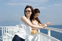 フェリーの甲板に立つ2人の20代日本人女性