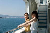 フェリーから海を眺める2人の20代日本人女性 30701000240| 写真素材・ストックフォト・画像・イラスト素材|アマナイメージズ