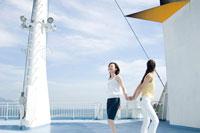 フェリーの甲板に立つ2人の20代日本人女性 30701000246| 写真素材・ストックフォト・画像・イラスト素材|アマナイメージズ