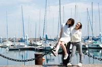 港でくつろぐ2人の20代日本人女性