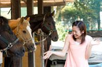 馬と遊ぶ20代日本人女性