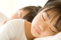 昼寝をする日本人の姉妹
