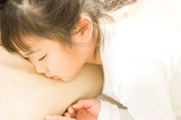 昼寝をする日本人の女の子
