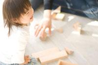 積み木で遊ぶ日本人の女の子と母親