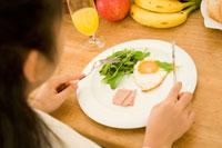 食事をする日本人の女の子の手元
