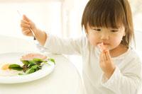 食事をする日本人の女の子