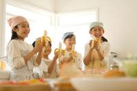 キッチンでバナナを食べる日本人の子供たち
