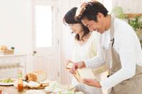 料理を作る日本人の夫婦