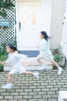 屋外で走る日本人の女の子たち