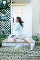 屋外で走る日本人の女の子