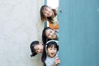 扉から顔を出す日本人の女の子たち