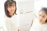 冷蔵庫前の日本人の女の子2人