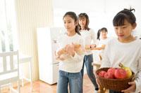 食材を運ぶ4人の日本人の女の子