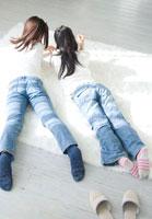 寝そべる日本人の女の子2人 30701000465| 写真素材・ストックフォト・画像・イラスト素材|アマナイメージズ