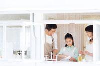 キッチンで洗い物をする日本人の夫婦と娘 30701000494| 写真素材・ストックフォト・画像・イラスト素材|アマナイメージズ