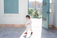 開いた扉の近くを歩く日本人の子供