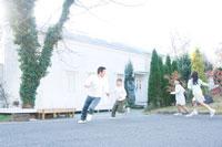 屋外で遊ぶ日本人の父親と子供達 30701000518| 写真素材・ストックフォト・画像・イラスト素材|アマナイメージズ
