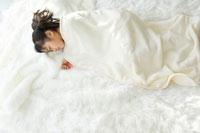 窓辺で眠る日本人の女の子