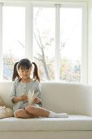 窓辺で本を読む日本人の女の子