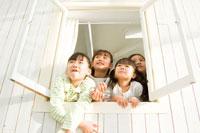 窓から顔を出す日本人の女の子達