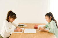 勉強をする日本人の女の子2人