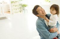室内で娘を抱きかかえる日本人の父親 30701000538| 写真素材・ストックフォト・画像・イラスト素材|アマナイメージズ