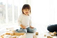窓際で母親と積み木をする日本人の娘 30701000543| 写真素材・ストックフォト・画像・イラスト素材|アマナイメージズ