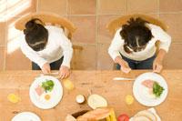 キッチンで朝食を取る日本人の娘2人
