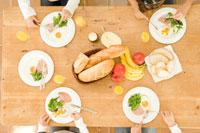 キッチンで朝食を取る日本人の娘4人