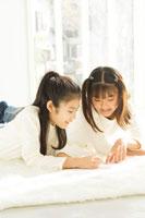 窓際で宿題をする日本人の娘2人